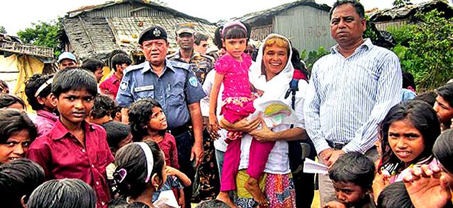 UNHCR chief Stina Lgungdell with refugee children in Kutupalong registered camp